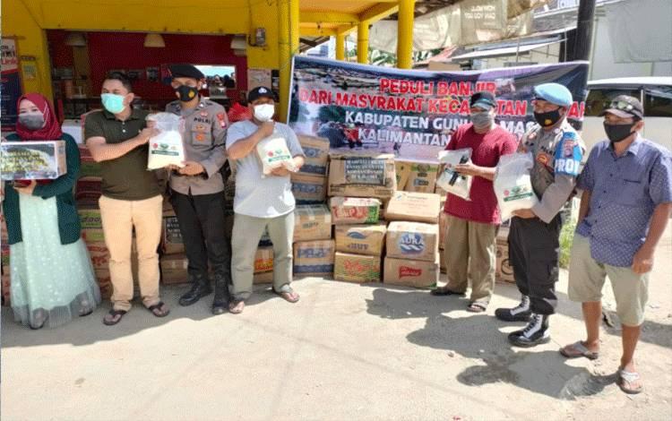 Polsek Tewah dan lainnya menyalurkan bantuan sembako kepada korban banjir Kalsel, melalui Perwakilan Paguyuban Warga Kalsel Kecamatan Tewah.