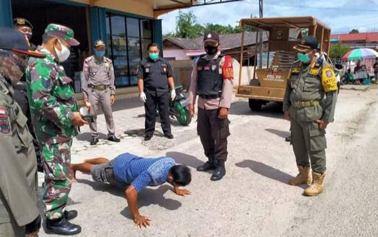 Tim gabungan Satgas Covid-19 Katingan menggelar patroli dan sosialisasi wajib menggunakan masker kepada masyarakat Kasongan.