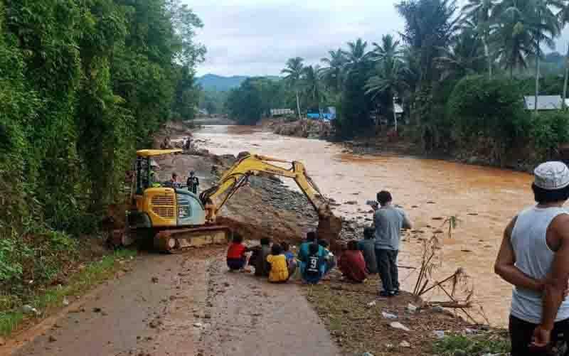 Alat berat milik Dinas PUPR Barito Utara membuka akses jalan yang terputus akibat banjir dan longsor di Desa Alat Kecamatan Hantakan, HST, Selasa (19/1/2021) pagi. (foto : ANTARA/HO-Dinas PUPR Barito Utara)