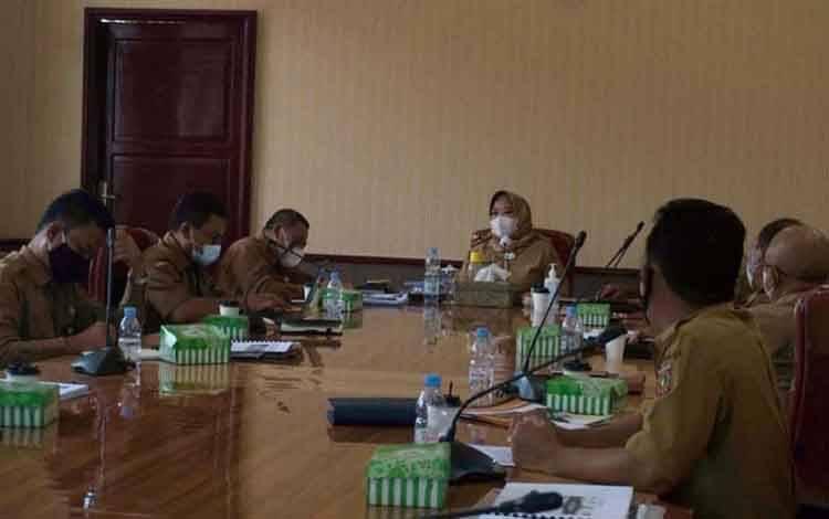 Bupati Kobar, Nurhidayah memimpin rapat membahas peningkatan infrastruktur
