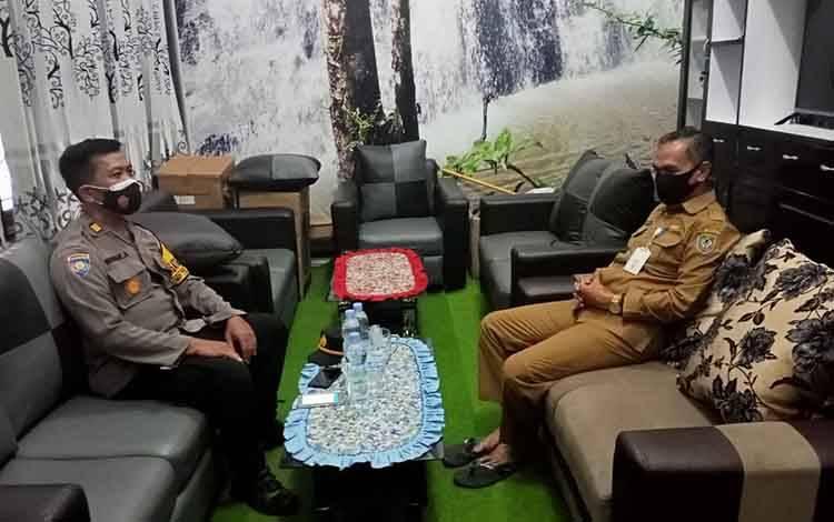 Kasat BinmasAKP Wawan Aryana berdialog dengan Kepala Dinas Pendidikan Kabupayen Seruyan, Masrohim