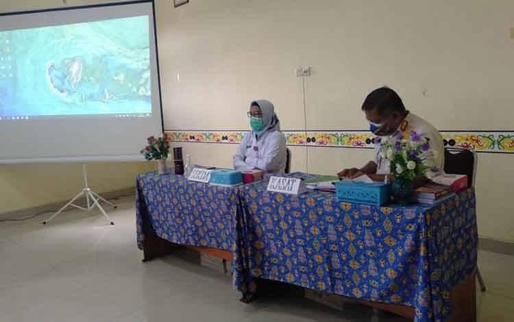 Sekda Kota Palangka Raya, Hera Nugrahayu saat memimpin rapat di kantor Satpol PP Rabu 20 Januari 2021