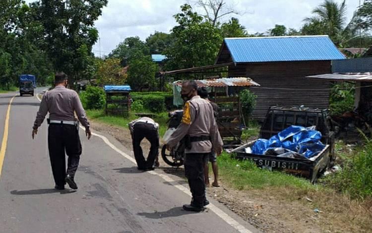 Polisi saat berada di lokasi kejadian kecelakaan yang terjadi di Anjir KM 6,5 Kecamatan Kapuas Timur pada Rabu 20 Januari 2021.