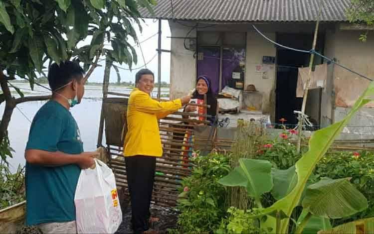 Anggota DPRD Kapuas, Abdurahman Amur saat memberikan bantuan makanan dan tali asih kepada korban terdampak banjir di Kalsel