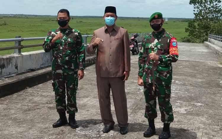 Bupati Sukamara, Windu Subagio bersama Dandim 1014 Pangkalan Bun, Letkol Arh Drajat Tri Putro saat meninjau jembatan jelai.