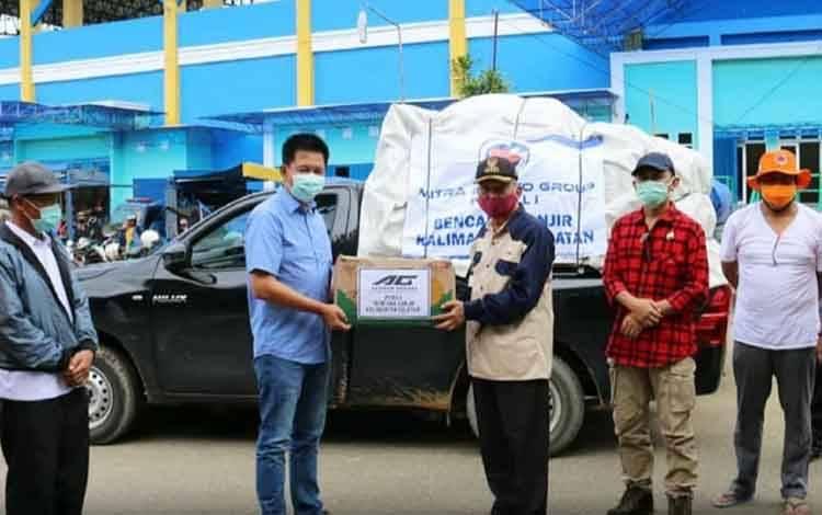 Bupati Barito Utara H Nadalsyah saat menyerahkan bantuan secara simbolis kepada Bupati Hulu Sungai Tengah, Drs H A Chairansyah, Rabu 20 Januari 2021 di Stadion Murakarta, Barabai.