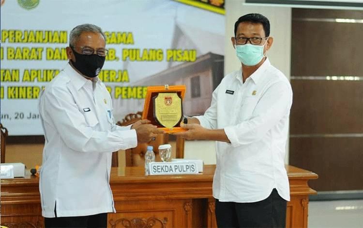 Sekda Kobar Suyanto (Kiri) bersama Sekda Pulpis Saripudin jalin kerjasama penerapan e-Kinerja di Pemkab Pulpis.