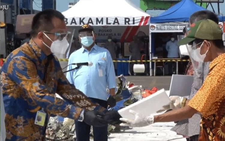Direktur Utama Sriwijaya Air Jefferson Jauwena menyerahkan santunan kepada keluarga korban kecelakaan SJ 182 di Jakarta, Rabu. ANTARA/HO-Sriwijaya Air.