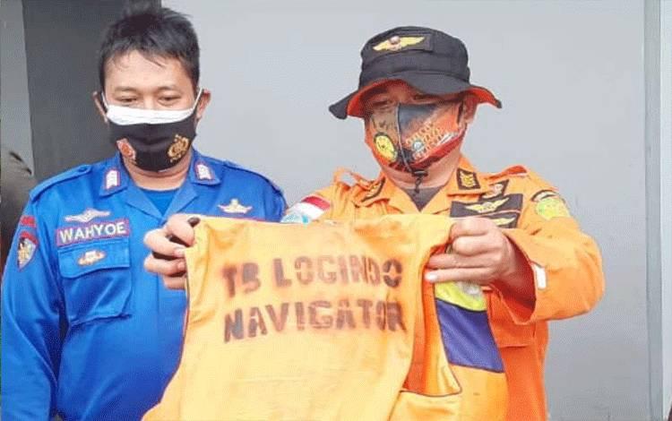 Petugas menunjukkan pakaian penyelamat yang digunakan 6 awal kapal pandu Logindo yang ditenukan selamat setelah sempat hilang di perairan Pamalang, Rabu. (ANTARA/ HO-Basarnas Semarang)