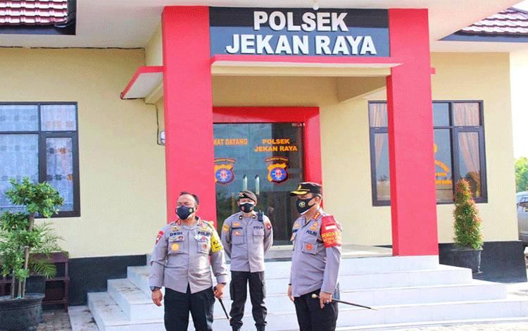 Kapolda Kalteng Irjen Dedi Prasetyo didampingi sejumlah pejabat utama melakukan pengecekan bangunan Polsek baru sebelum diresmikan di Jalan Mahir Mahar lingkar luar Kota Palangka Raya.