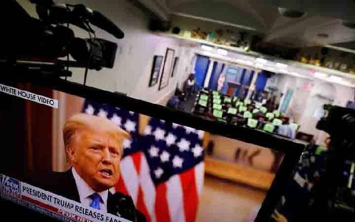 Presiden AS Donald Trump membuat pernyataan via televisi dari Ruang Briefing Gedung Putih pada hari terakhirnya di Gedung Putih, di Washington DC, AS, 19 Januari 2021. (foto : REUTERS / Carlos Barria)