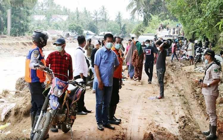 Bupati Barito Utara, Nadalsyah meninjau lokasi banjir di Kabupaten Hulu Sungai Tengah serta meninjau pekerjaan alat berat yang diturunkan Pemkab Barito Utara untuk bantuan pembukaan akses jalan akibat longsor dan lumpur pasca banjir