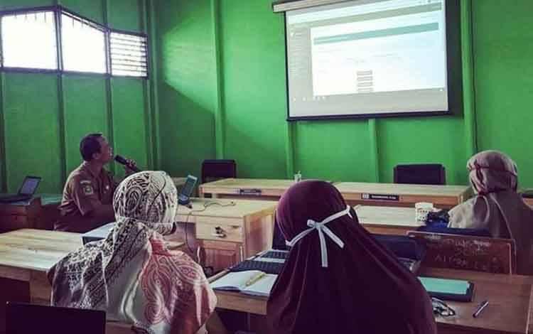 Para dewan Guru MTsN 2 Kapuas ikuti sosialisasi penggunaan aplikasi SEIKA