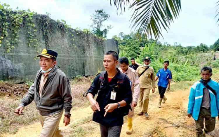 Plt Kepala Dinas Pertanian Barito Utara Syahmiludin A Surapati bersama jajaran Dinas Pertanian saat berjalan melakukan peninjauan Balai Benih (BB) Perkebunan di KM 17 Jalan Muara Teweh-Puruk Cahu