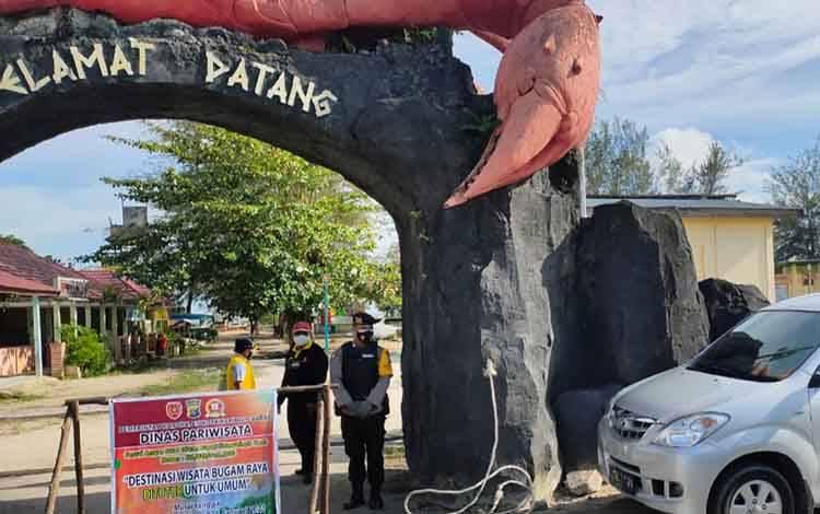 Salah satu pintu masuk wisata Pantai Kubu ditutup untuk umum. Nampak, petugas berjaga di kawasan itu.