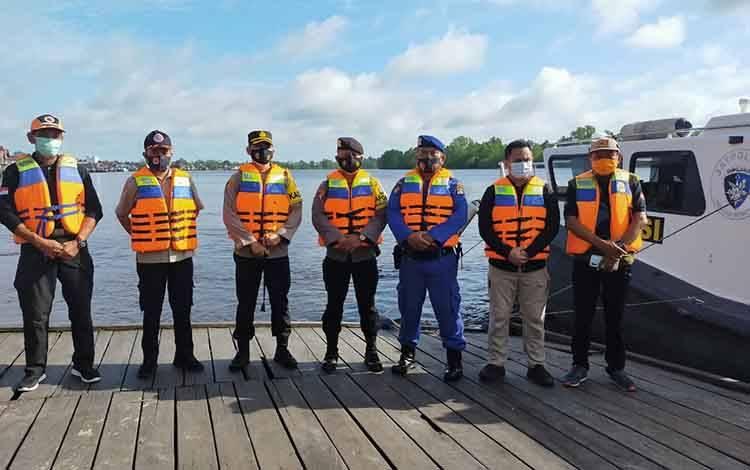 Kapolres Seruyan AKBP Bayu Wicaksono bersama BPBD Seruyan saat persiapan berangkat patroli perairan di Sungai Seruyan