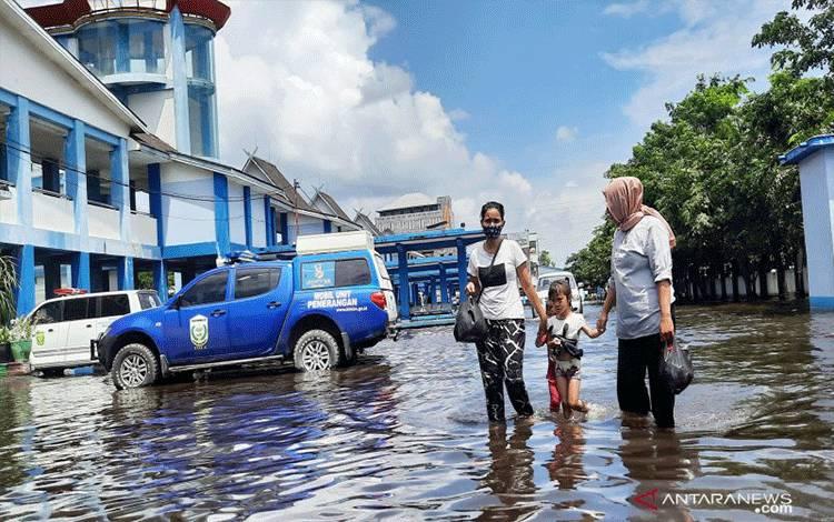 Banjir menggenangi Jalan Pramuka di depan Terminal Induk Km 6 Banjarmasin. (ANTARA/Firman)