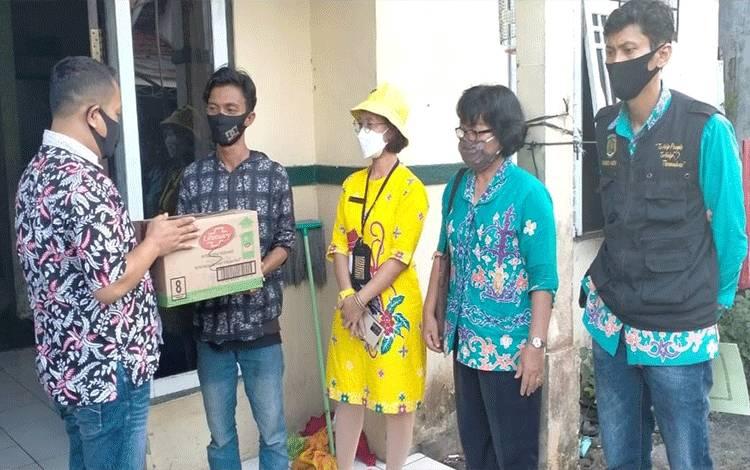 Penyerahan bantuan untuk pengungsi asal Kalsel di Palangka Raya, Kamis 21 Januari 2021