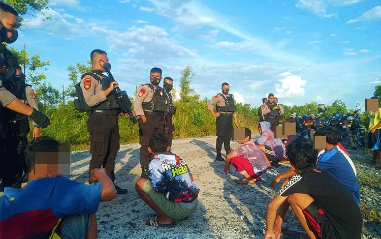 Anggota Ditsamapta Polda Kalteng saat melakukan pengamanan terhadap remaja yang terlibat balapan liar di seputaran Jalan G Obos Kota Palangka Raya, Kamis sore, 21 Januari 2021.