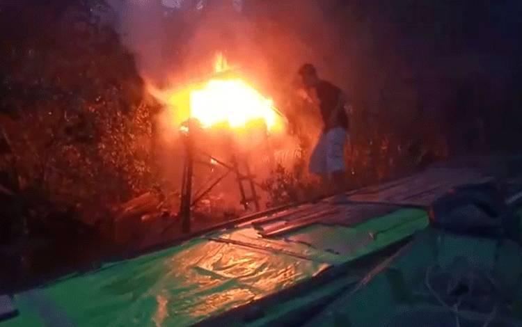 Sejumlah warga saat berupaya memadamkan pondok terbakar hingga menewaskan penghuninya.