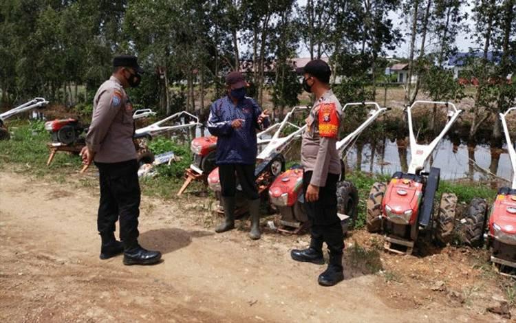 Bhabinkamtibmas food estate saat menyambangi warga di Desa Bentuk Jaya A5, Kecamatan Dadahup, Kabupaten Kapuas pada Kamis 21 Januari 2021.