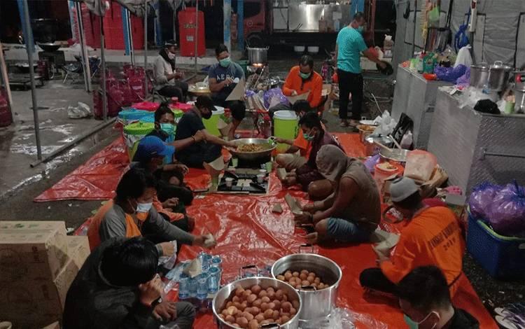 Tim relawan dapur umum Pemerintah Provinsi Kalteng saat menyediakan makanan.