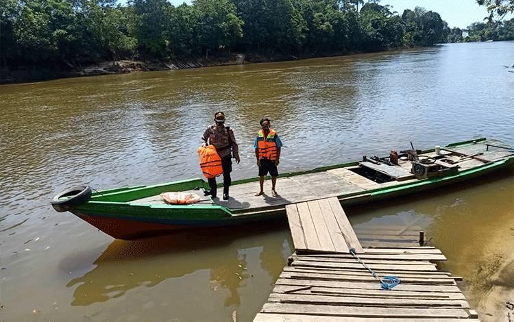 Kapolsek Bulik Iptu Hadi Prayitno mengingatkanoperator kelotok untuk berhati hati ketika melakukan penyeberangan.
