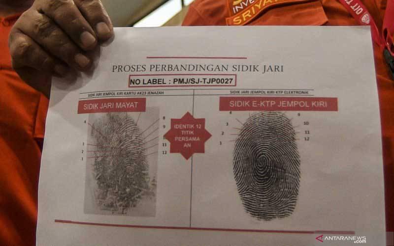 data sidik jari dari dua korban kecelakaan pesawat Sriwijaya Air nomor penerbangan SJ182 atas nama Indah Halimah Putri dan Agus Winarni saat konferensi pers di RS Polri Kramatjati, Jakarta, Rabu (13/1/2021). (foto : ANTARA FOTO/MUHAMMAD ADIMAJA)