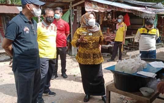 Bupati Kobar, Nurhidayah saat meninjau lokasi Pasar Sungai Bulin di Kelurahan Mendawai, Jumat, 22 Januari 2021.