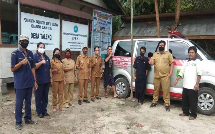 Kades Talekoi, Winariadi bersama perangkatnya dan anggota BPD foto bersama di mobil ambulance
