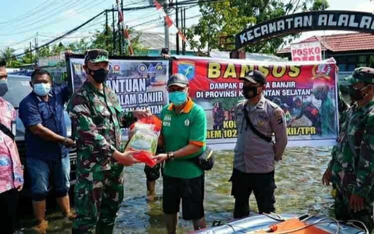 Dandim 1011 Kuala Kapuas Letkol Inf Ary Bayu Saputro menyalurkan bantuan untuk korban terdampak banjir di Kecamatan Alalak, Batola, Kalsel