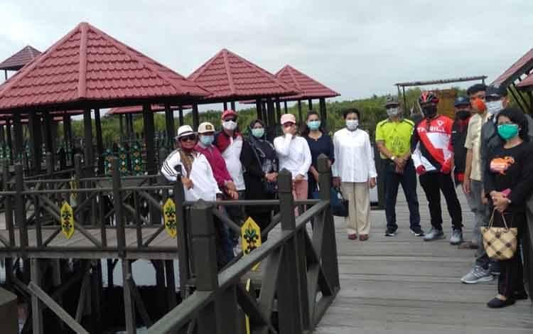 Komisi C DPRD Kota Palangka Raya bersama Disbudparpora meninjau kawasan wisata air hitam di Kelurahan Kereng Bangkirai, Jumat 22 Januari 2021