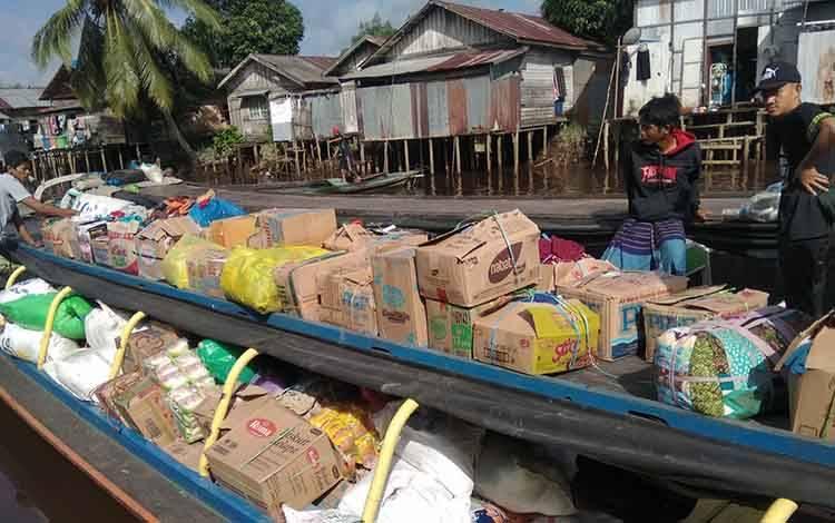 Tim relawan dari Karang Taruna Kecamatan Tamban Catur saat hendak menyalurkan bantuan sosial untuk korban banjir di Kalsel lewat jalur sungai