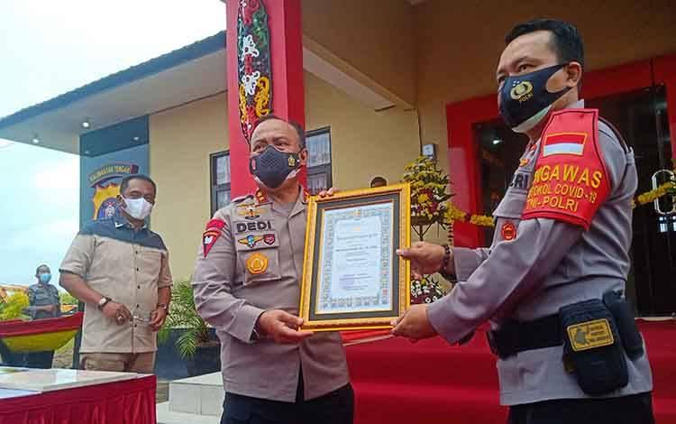 Kapolda Kalteng Irjen Dedi Prasetyo menyerahkan piagam penghargaan kepada Kapolresta Palangka Raya Kombes Dwi Tunggal Jaladri.