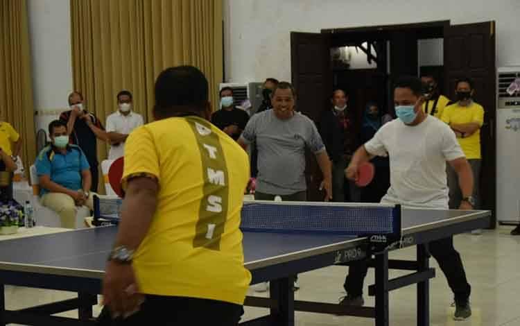 Wakil Gubernur Kalteng, Habib Said Ismail Bin Yahya saat mengikuti kegiatan olahraga tenis meja ganda
