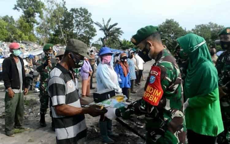 Dandim 1014 Pbn Letkol Arh Drajad Tri Putro berikan bantuan paket sembako kepada pemulung di TPA Desa Pasir Panjang.
