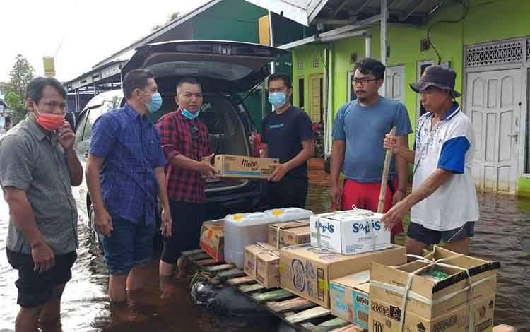 Ketua DPRD Seruyan Zuli Eko Prasetyo didampingi Wakil Ketua DPRD Muhamad Aswin dan anggota DPRD Seruyan Arrahman saat menyerahkan bantuan