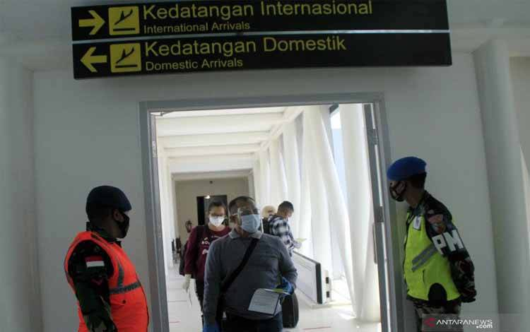 """Sejumlah WNI dari Timor Leste tiba di bandara El Tari Kupang, Kota Kupang, NTT Jumat (22/01/2021). Sebanyak 108 WNI yang bekerja dan tinggal di Timor Leste kembali ke Indonesia menggunakan fasilitas Repatrasi Mandiri menggunakan pesawat Citilink yang difasilitasi langsung oleh Kedutaan Besar RI di Timor Leste karena adanya pemberlakukan """"lockdown' oleh pemerintah Timor Leste"""