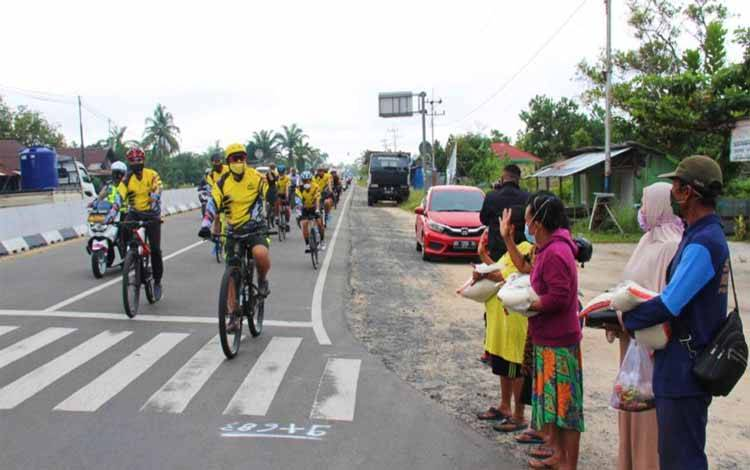 Kapolda Kalteng Irjen Dedi Prasetyo bersama pejabat utama bersepeda santai sekaligus memberikan bantuan sosial berupa paket sembako kepada petugas kebersihan dan masyarakat yang membutuhkan ditengah pandemi covid-19 di Kota Palangka Raya