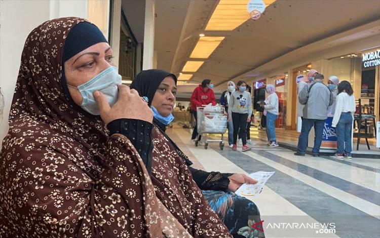 Warga Mesir memakai masker di dalam pusat perbelanjaan City Centre menjelang Black Friday, ditengah pandemi virus corona (COVID-19) di wilayah pinggiran Maadi, Kairo, Mesir, Kamis (26/11/2020). ANTARA FOTO/REUTERS/Amr Abdallah Dalsh/NZ/djo
