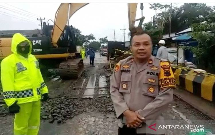 Kapolsek Matraman, Polres Banjar Iptu Widodo Saputro saat berada di atas Jembatan Sungai Salim. (ANTARA/Firman)