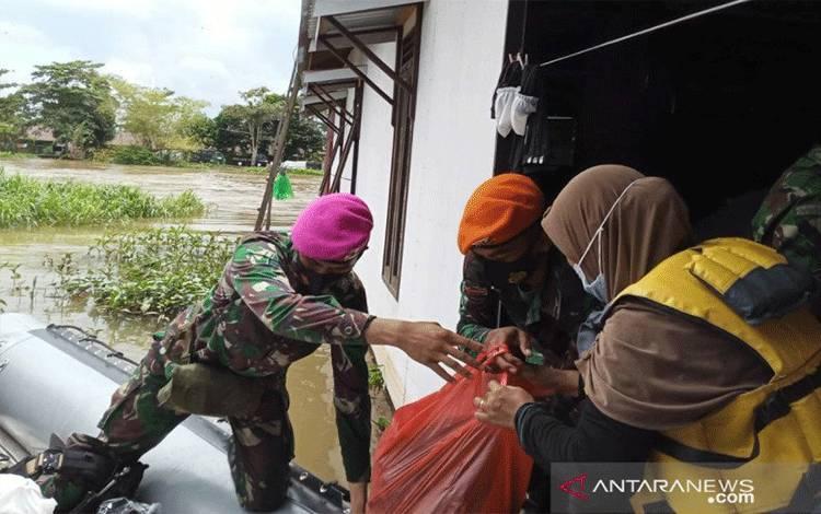 Tim Satgas Marinir mendistribusikan bantuan untuk korban banjir di Kabupaten Banjar, Kalsel. (ANTARA/Firman)