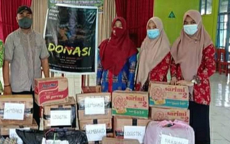 Petugas Posko dan Guru MAN Kapuas menunjukan hasil penggalangan bantuan untuk membantu korban terdampak banjir di Kalsel.