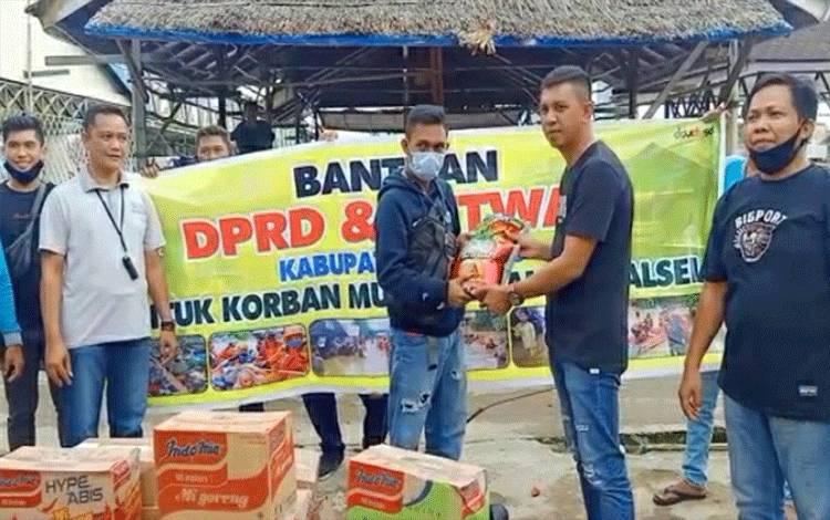 Penyaluran bantuan dari DPRD Kapuas kepada masyarakat terdampak banjir di wilayah Kalsel.