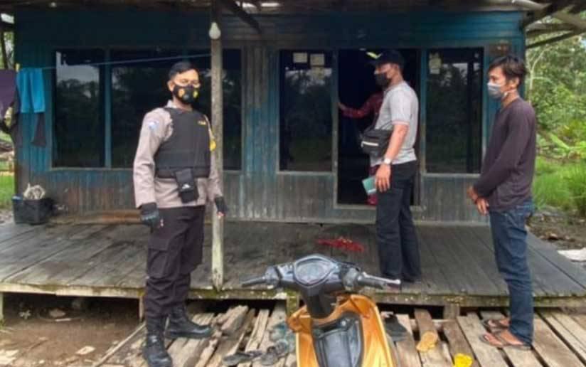 Personel Polsek Jaya Karya saat melakukan upaya pengungkapan kasus pencabulan.