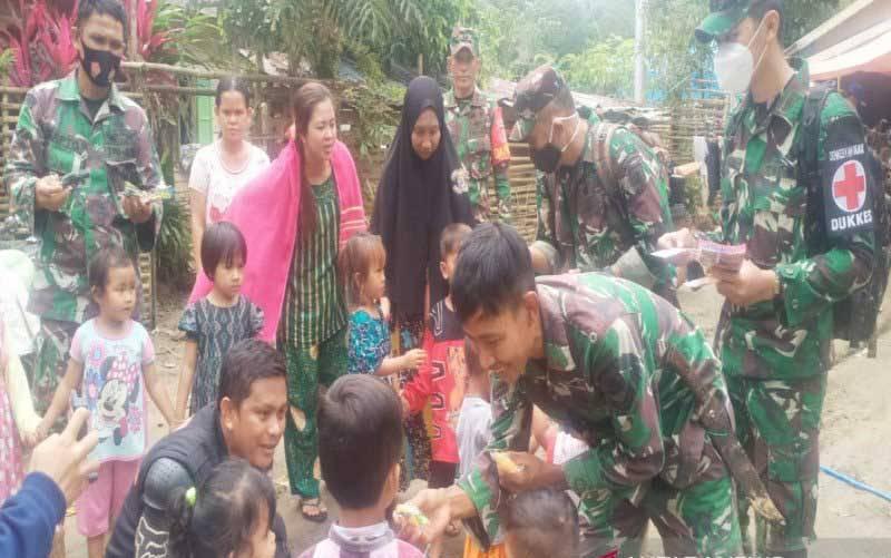 Danramil 1002-07/Pagat Kapten Inf Andi Tiro bersama anggota dan relawan memberikan trauma healing untuk anak-anak korban bencana di Desa Arangani, Kecamatan Hantakan, HST. (foto : ANTARA/Firman)