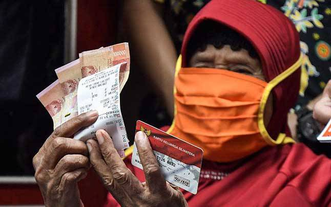 Warga Lanjut usia (Lansia) dari Keluarga Penerima Manfaat (KPM) menunjukkan uang bantuan Program Keluarga Harapan (PKH) di Bekasi, Jawa Barat, Kamis, 7 Januari 2021. (foto : ANTARA FOTO/ Fakhri Hermansyah)