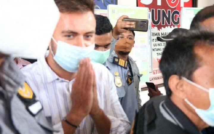 Proses pendeportasian Sergei Kosenko di Imigrasi Ngurah Rai, Badung, Bali, Minggu 24 Januari 2021. ANTARA/HO-Humas KemenkumHAM Bali. (foto : Antara/Ayu Khania Pranisitha)