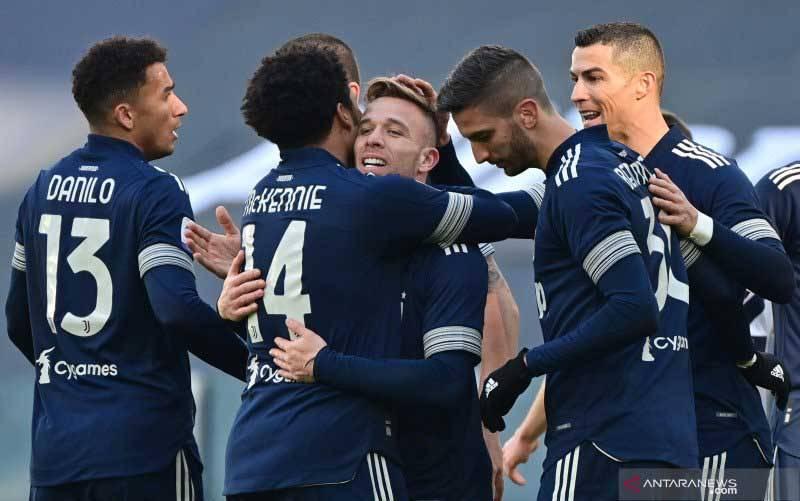 Gelandang Juventus Arthur (tengah) merayakan gol yang dicetaknya ke gawang Bologna pada pertandingan Liga Italia yang dimainkan di Stadion Allianz, Turin, Minggu (24/1/2021). (foto : ANTARA/AFP/MIGUEL MEDINA)
