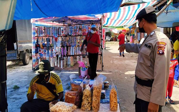 Anggota Polsek Bukit Batu melakukan patroli rutin ke Pasar Rakyat.